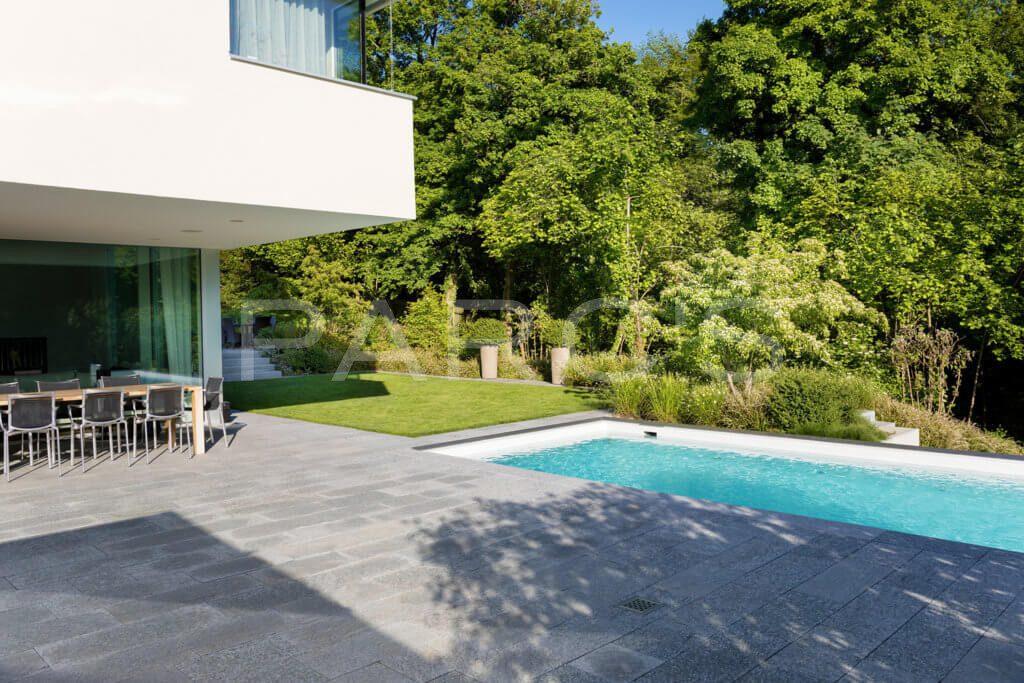 Garten-mit-Swimming-Pool-2
