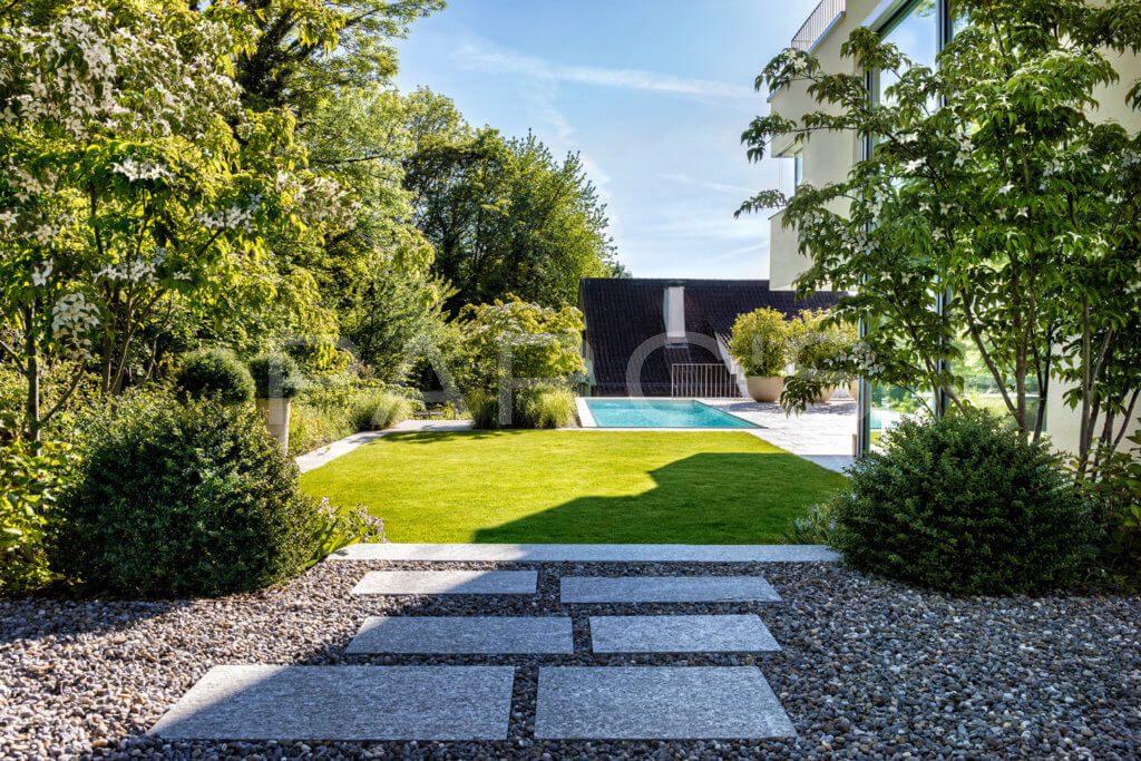 Garten-mit-Swimming-Pool-3