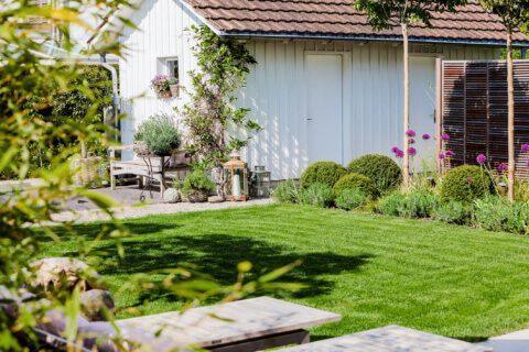belgisch-eglischer Gartenstil Gartengestaltung Gartenhaus Rasenfläche Pflanzfläche