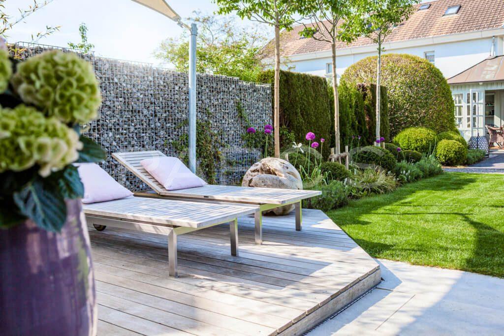 belgisch-eglischer Gartenstil Gartengestaltung Holzdeck Steinkorb