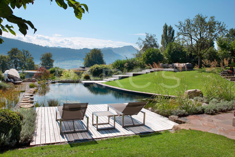 traumgarten mit schwimmteich und holzdeck. Black Bedroom Furniture Sets. Home Design Ideas