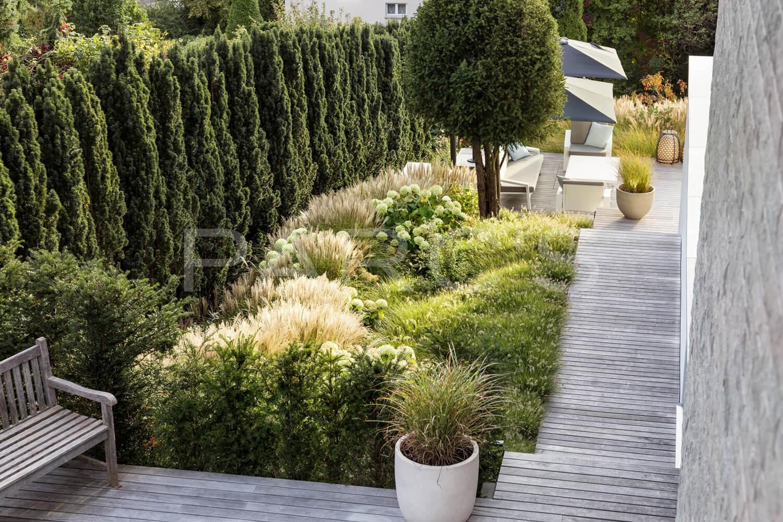 Villengarten mit üppiger Bepflanzung - PARC'S Gartengestaltung