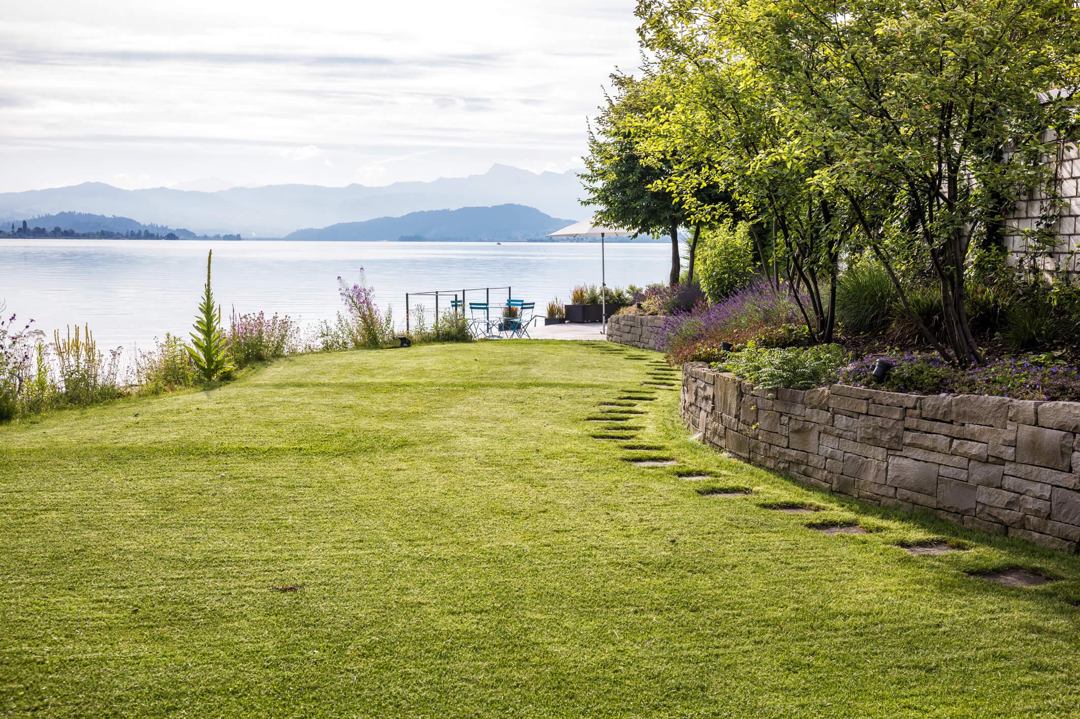 Natürliche Harmonie im Garten ses Hauses direkt am See